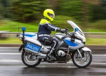Eine Motorradstreife bei Regen