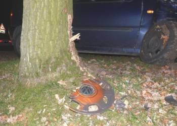 Die Autofahrerin wich einem Reh aus und prallte in der folge gegen einen Baum - © Polizei Preußisch Oldendorf