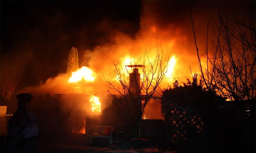 Gartenhütten brennen beim Eintreffen der Polizei in voller Ausdehnung. - © Polizei Höxter