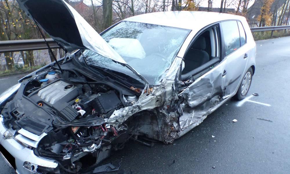 Der 19-jähriger Fahrer des VW Golf wurde mit Verletzungen ins Krankenhaus gebracht. - © Polizei Porta Westfalica