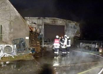 Das Bild zeigt die brennende Produktionshalle - © Polizei Rahden