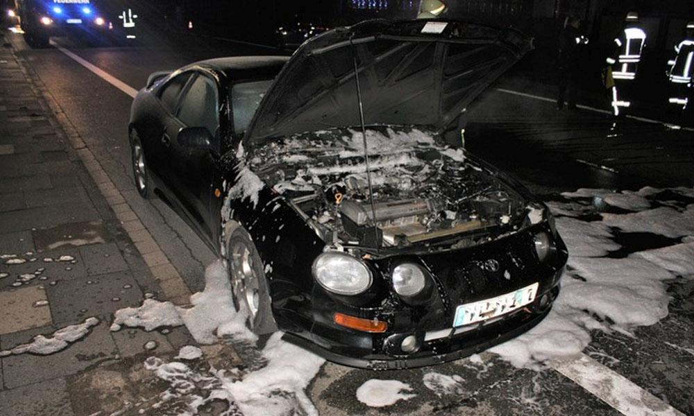 Die Feuerwehr löschte den Brand im Motorraum. - © Polizei Beverungen