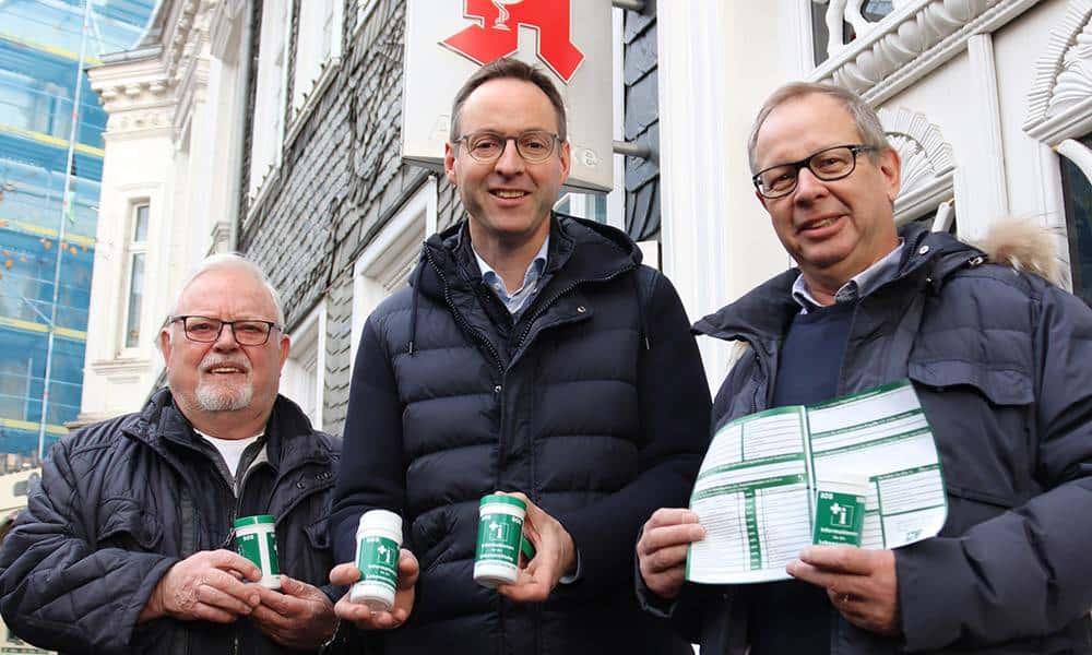 Karl-Heinz Poppek (Vorsitzender des Seniorenbeirats), Bürgermeister Theo Mettenborg und Karl-Josef Büscher (stv. Vorsitzender) werben für die Notfalldose. - © Stadt Rheda-Wiedenbrück