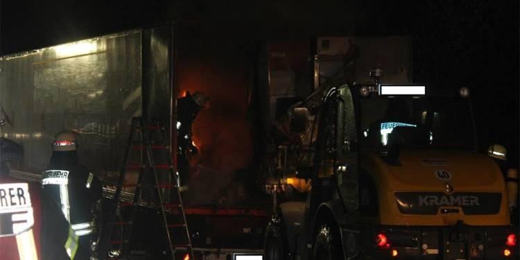 Brand eines LKW-Aufliegers 03.12.2018 - © Polizei Nieheim