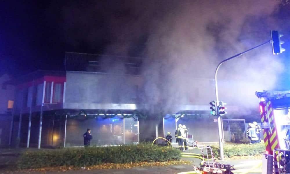 Als die Rettungskräfte am Brandort ankamen quoll schon dichter Rauch aus dem Gebäude - © Polizei Bad Oeynhausen