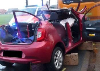 Der Nissan prallte in das Heck des Schulbusses. - © Polizei Hille