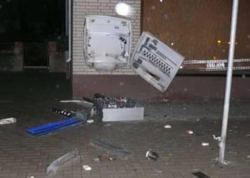Das Foto zeigt den in der Silvesternacht gesprengten Automaten in der Rathausstraße in Preußisch Oldendorf - © Polizei Preußisch Oldendorf
