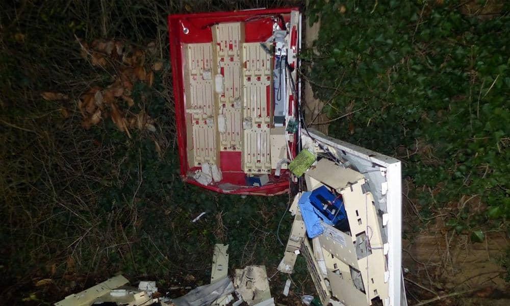 Der Zigarettenautomat in Schnathorst wurde am frühen Mittwochmorgen bei der Detonation komplett zerstört - © Polizei Hüllhorst