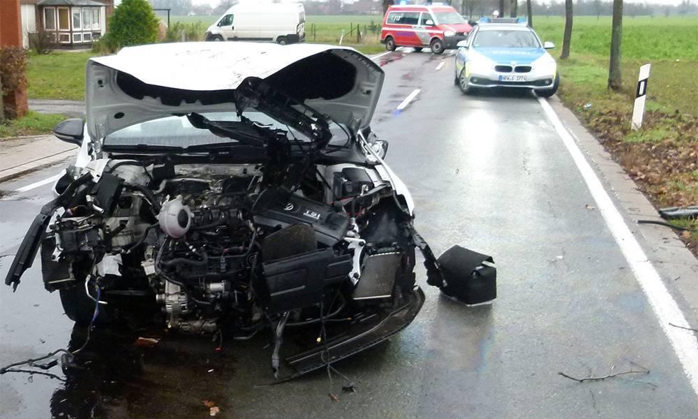 Beim Unfall auf der Nordhemmer Straße in Hille entstand hoher Sachschaden. - © Polizei Hille