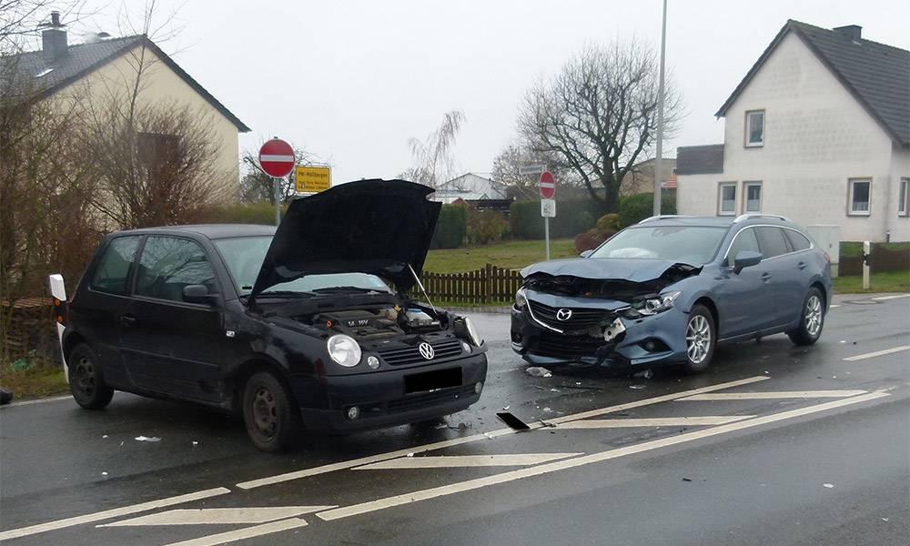 Drei Personen wurden bei dem Zusammenstoß in Möllbergen verletzt - © Polizei Porta Westfalica