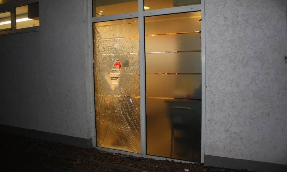 Beschädigte Fensterscheibe - © Polizei Brakel