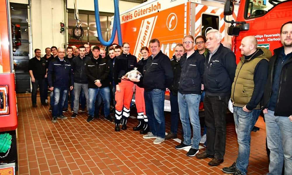 Überraschung von den Kameraden der Feuerwehr: Zur Auslieferung des neuen Rettungswagens der Rettungswache Clarholz gab es Geschenke. - © Kreis Gütersloh