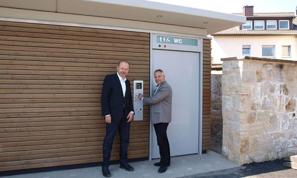 v.l. Technischer Beigeordneter Bernd Zimmermann und Bürgermeister Dr. Roland Thomas vor dem neuen Toilettengebäude - Stadt Bad Salzuflen