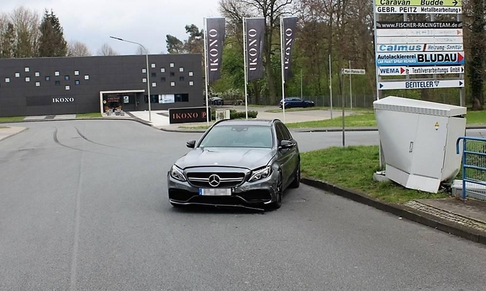 Ein 21-jähriger Fahrer kam mit seinem Mercedes AMG in Paderborn-Sennelager von der Fahrbahn ab und prallte gegen einen Telekommunikationsverteiler. - © Polizei Paderborn