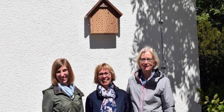 Claudia Reploh und Britta-Beate Schmidt von der Johannisschule und Umweltberaterin Dorothee Kohlen