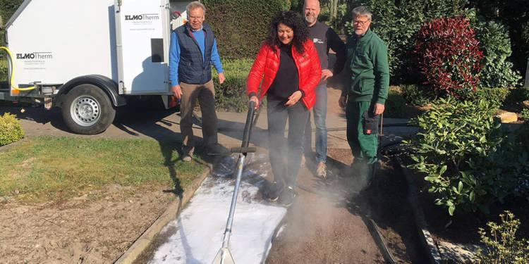 Mitglieder der Arbeitsgemeinschaft sind vom Heißwasser/Schaumverfahren zur Unkrautbeseitigung überzeugt.