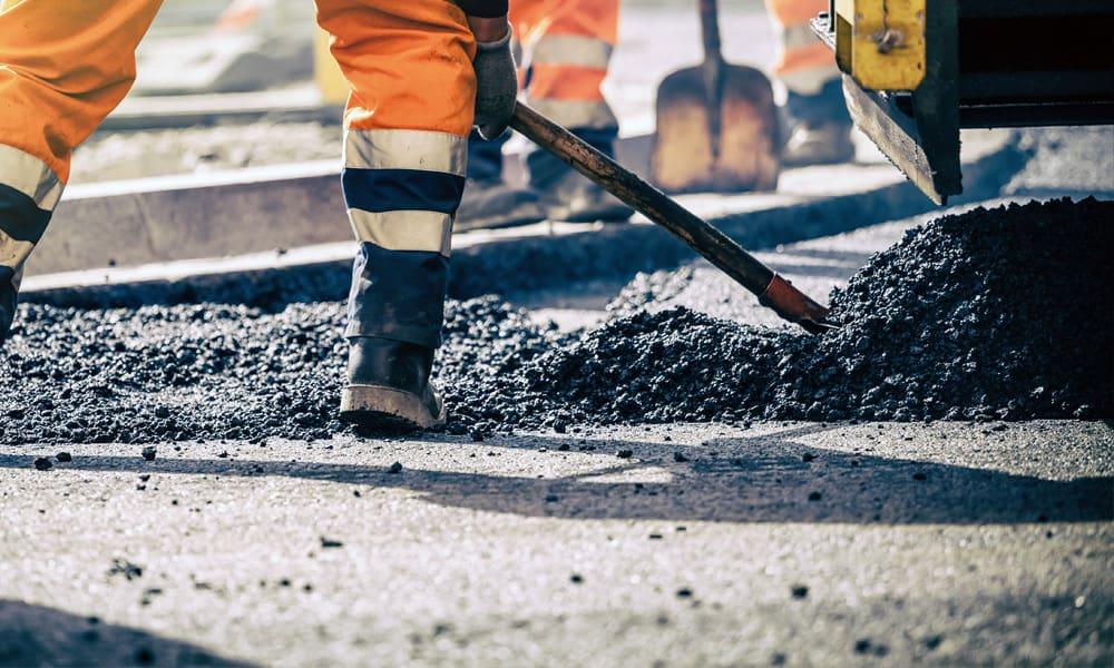 Straßenbauarbeiten im Team