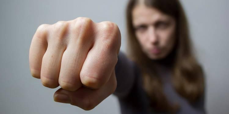 Frau, aggressiv