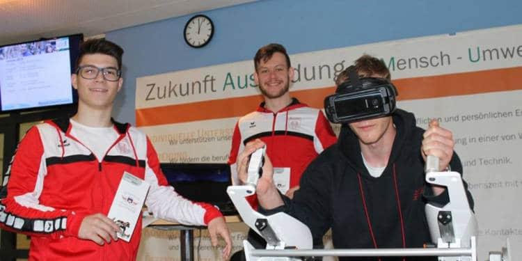 Technik und das Gesundheitswesen bilden die Schwerpunkte am Lüttfeld-Berufskolleg, das können die Schüler auch immer wieder ausprobieren. - © Kreis Lippe